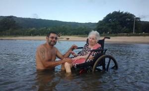 Dona Maria com o cuidador Roberto Sotello, em férias na lagoa dos Patos (RS)