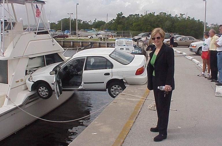 acidente-carro-mulher-engrecado-humor