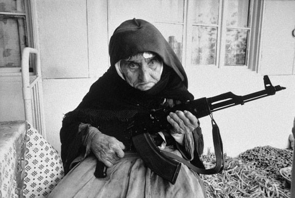 Armênia de 106 anos protegendo sua casa, 1990