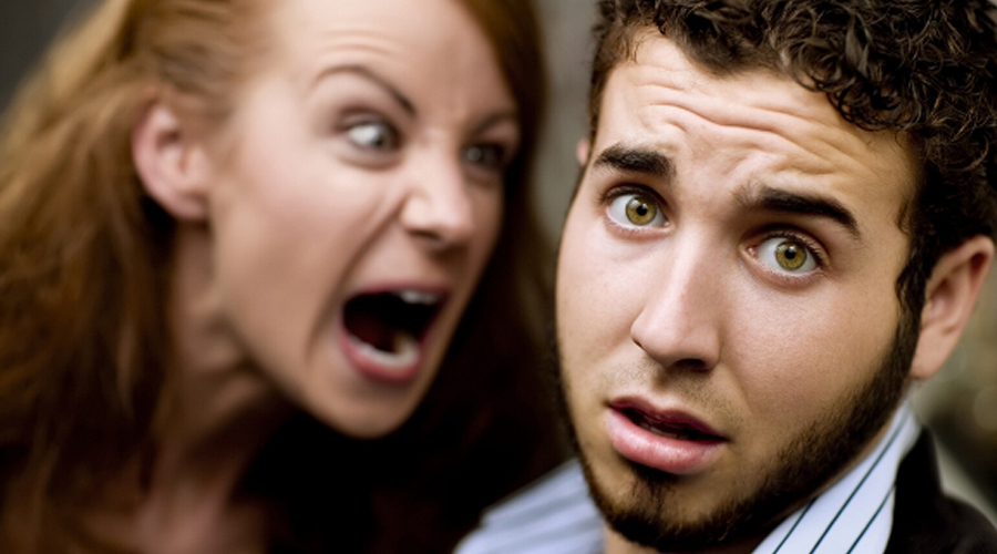 8 posturas dos homens que irritam as mulheres