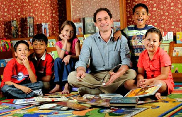 Javier Naranjo com algumas das crianças que deram voz ao livro.