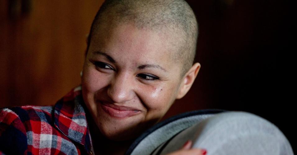 13nov2013---a-argentina-daiana-castro-segura-um-chapeu-e-sorri-em-curso-de-beleza-e-maquiagem-para-mulheres-com-cancer-em-buenos-aires-a-jovem-cabeleireira-de-23-anos-foi-diagnosticada-com-cancer-de-1384355330135_956x50
