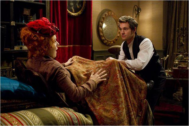 Cena do filme Histeria (Hysteria), de 2012.