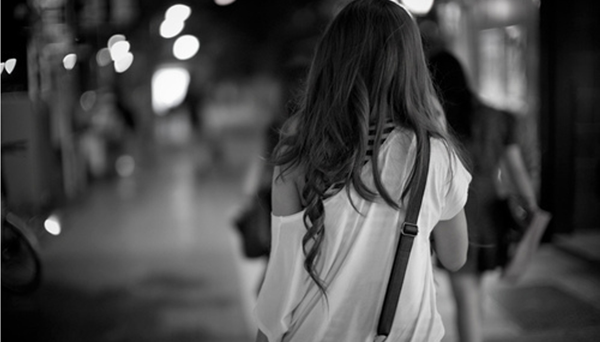 sozinha na rua