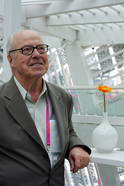 Swedish diplomat and politician Hans Blix relaxing in the Swedish pavilion atrium. By: Tobias Andersson Åkerblom