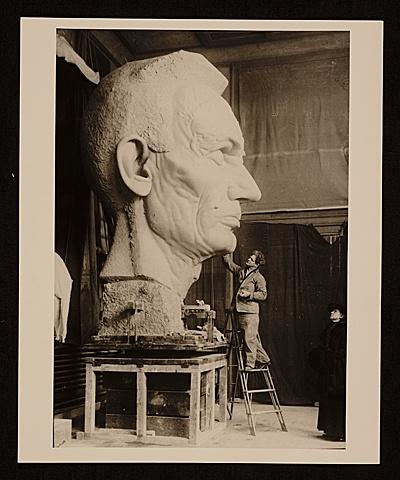 George Grey Barnard, trabalhando na sua escultura Lincoln in thought, 1915