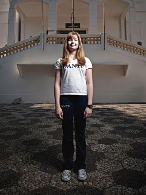 SOB MEDIDA Giulianna Freitas, de 12 anos, no colégio tradicional em que estuda, em São Paulo. Ela tira de letra regras como uniforme impecável e contato restrito com meninos
