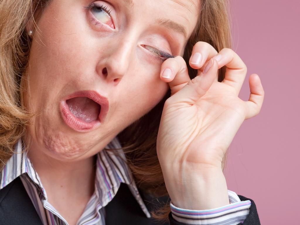 mulher-coca-os-olhos-cocando-os-olhos-alguma-coisa-dentro-dos-olhos-cisco-no-olho-1358528906351_1024x768