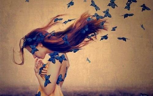 mulher-com-borboletas-azuis-500x314