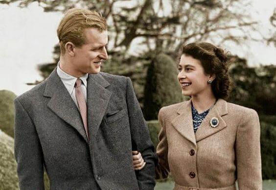 Resultado de imagem para 70 anos de união e o príncipe Philip ainda olha para a rainha com absoluta adoração