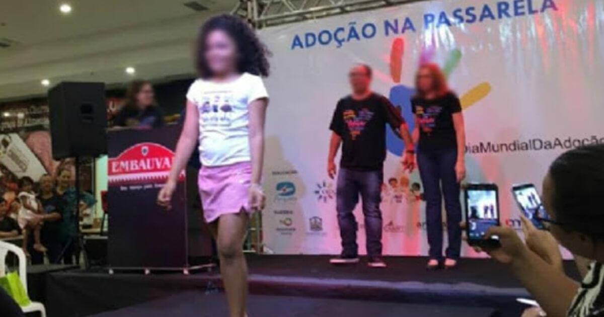 Resultado de imagem para Evento é criticado por colocar crianças desfilando em passarela para serem adotadas