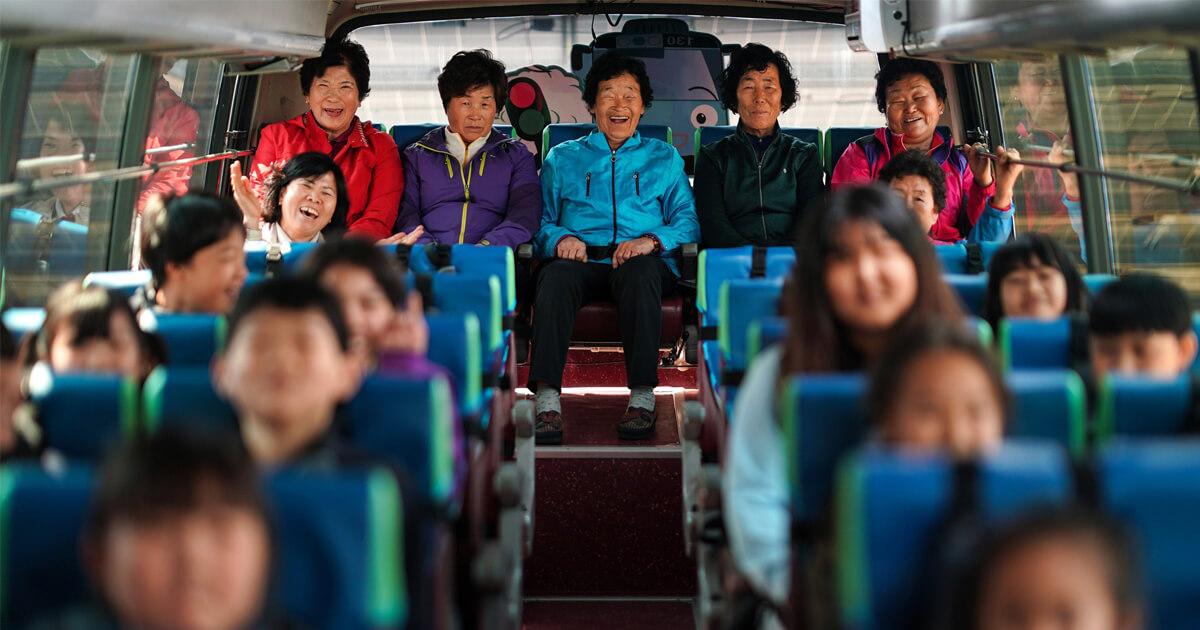 Resultado de imagem para Com turmas vagas por falta de alunos, escola na Coreia do Sul matricula vovós analfabetas