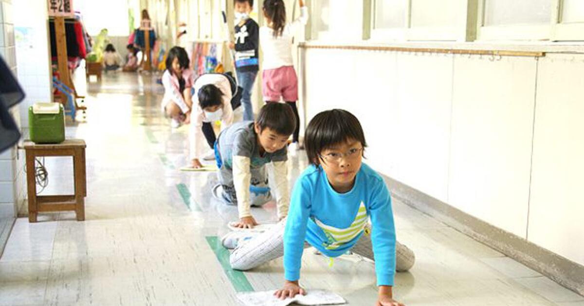 Resultado de imagem para No Japão, alunos limpam banheiros da escola para aprender sobre coletividade e valorização do patrimônio