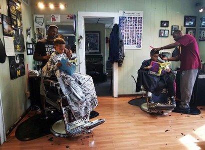 Barbeiro dá desconto em corte de cabelo a crianças que leem em voz alta para ele