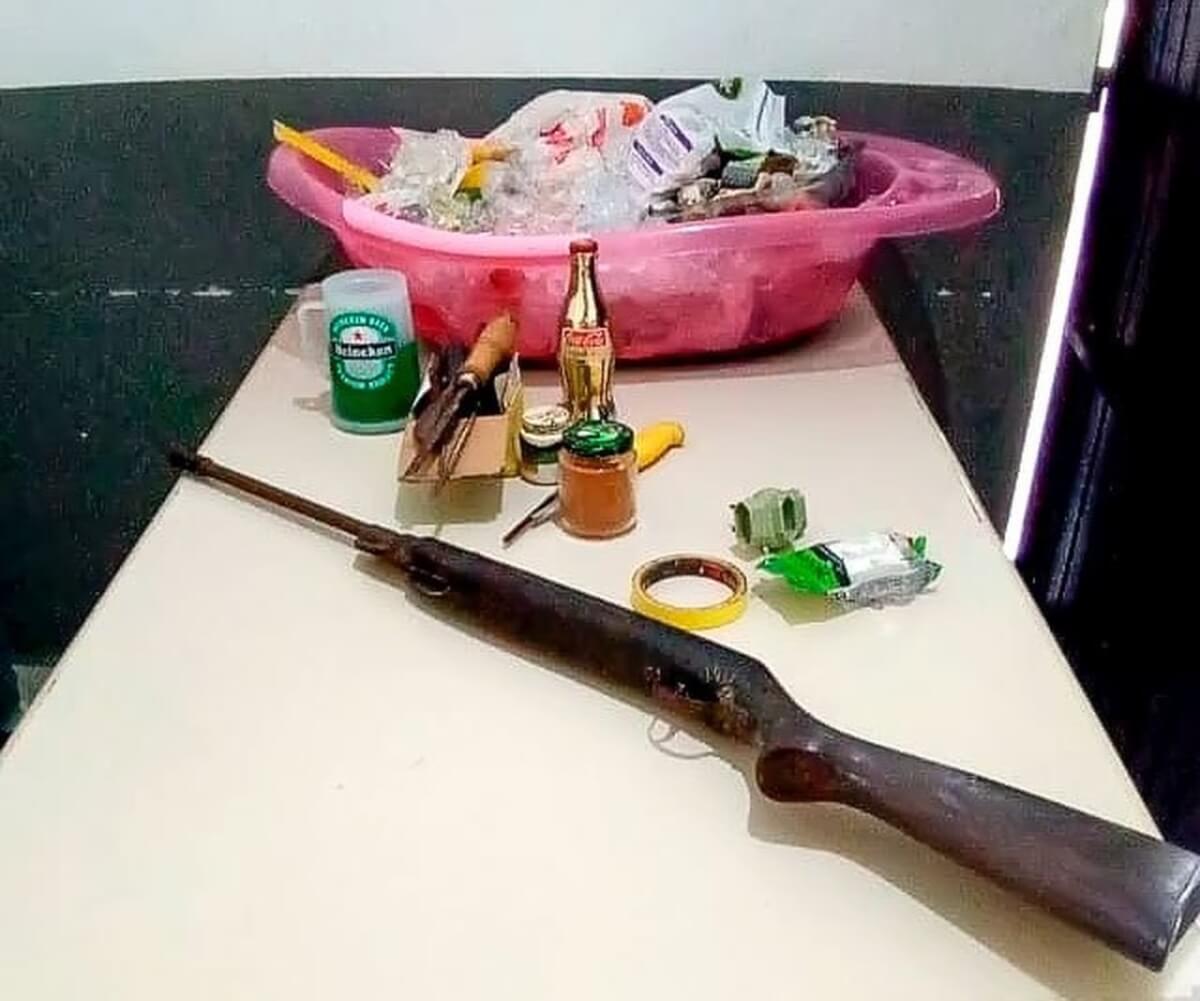 Objetos foram recolhidos pela polícia na casa do homem detido — Foto: Willians Biehls/Portal Nova Veneza- reprodução