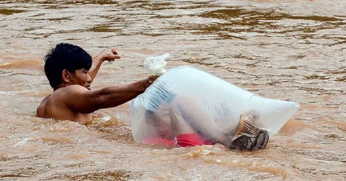 Resultado de imagem para Crianças de uma vila no Vietnã atravessam rio de águas bravas em sacos plásticos para chegar à escola