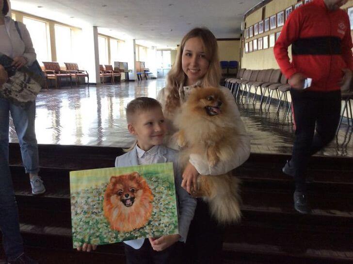 Garotinho artista vende suas obras para doar dinheiro para abrigos de animais