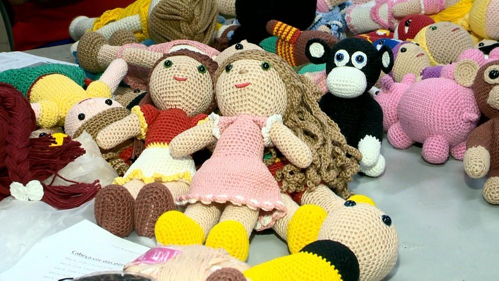 Com a ajuda de projeto, detentos produzem bonecas para crianças com câncer no ES