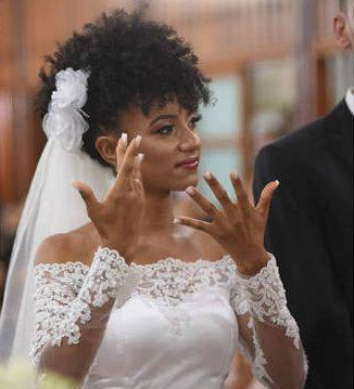 Noiva traduz seu casamento em Libras para celebrar junto de amigos surdos